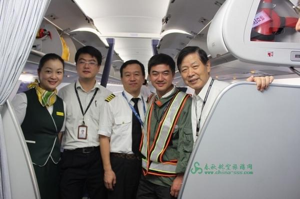 飞机上遇到春秋航空首航前第一批元老(从左至右)乘务